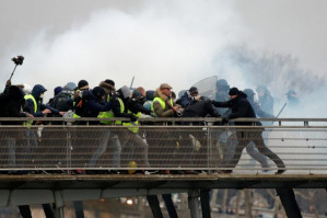 """French police interrogate donors to """"yellow vest"""" protester"""